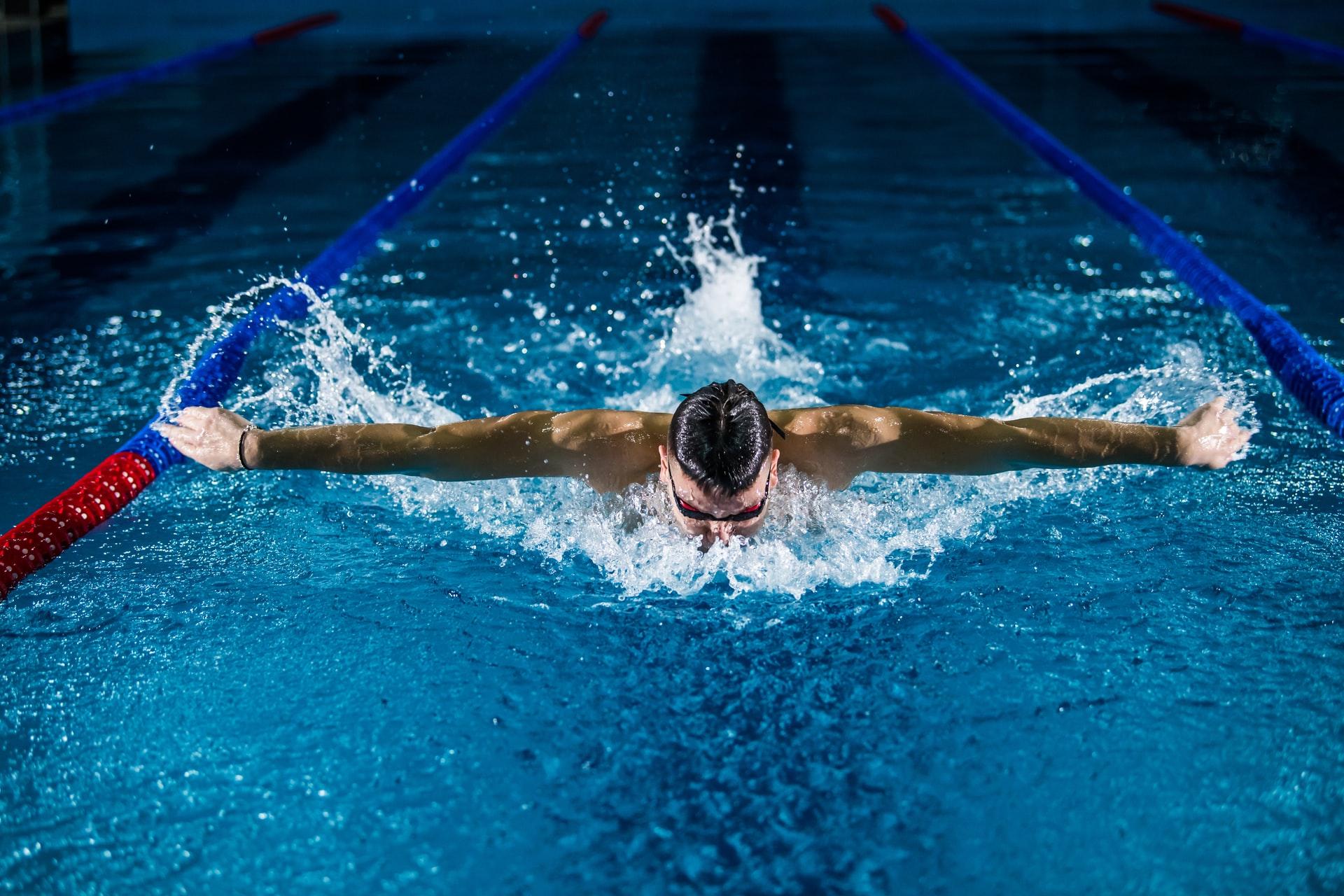 Jak vybrat chytré sportovní hodinky na plavání
