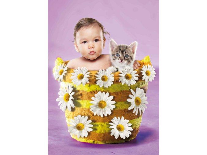 Dítě, kotě a kopretiny