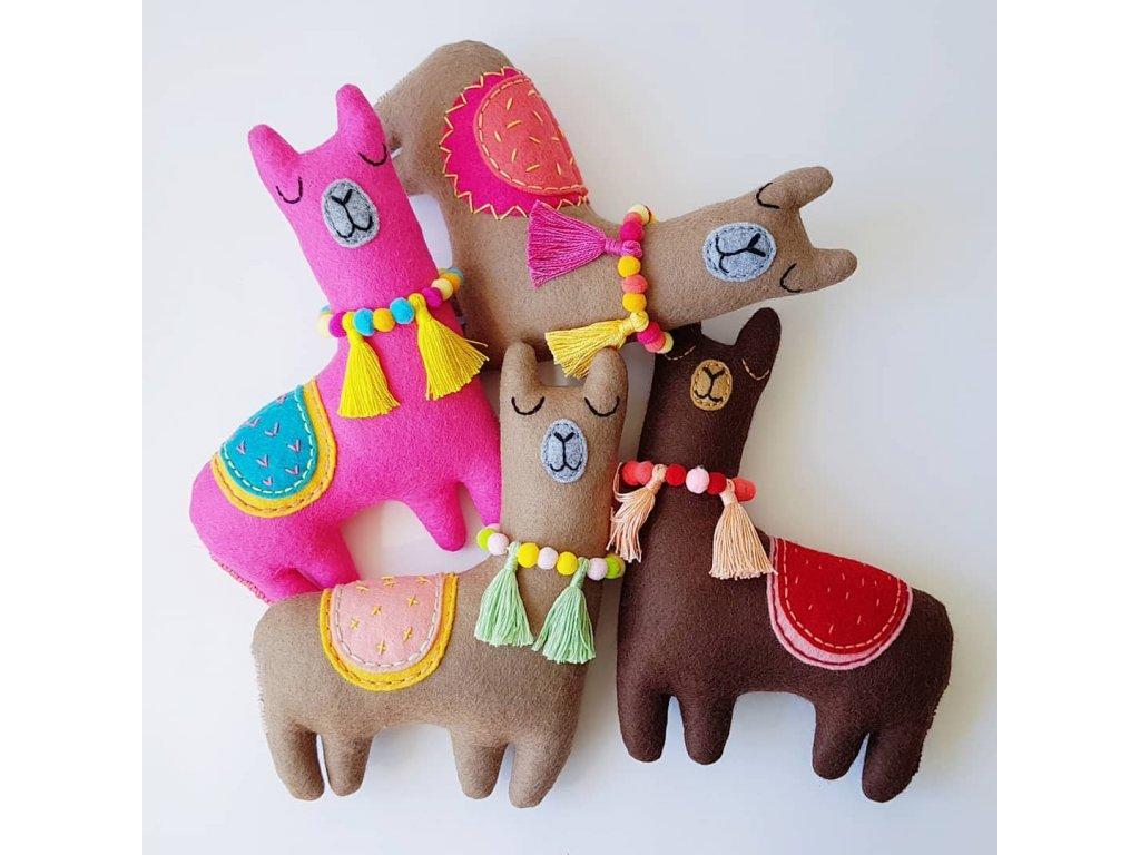 ručně šitá hračka lama