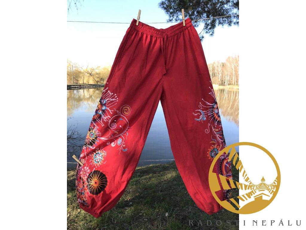 Kalhoty červené s výšivkou klasický sed