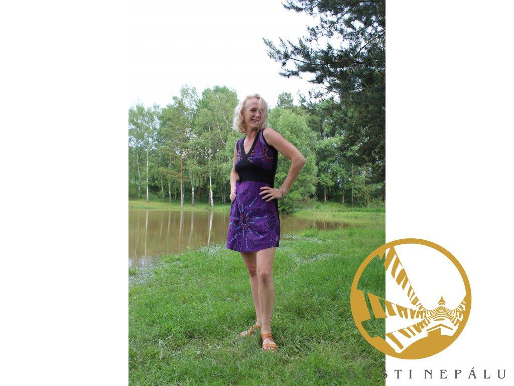 Šaty krátké fialové s výstřihem na široká ramínka