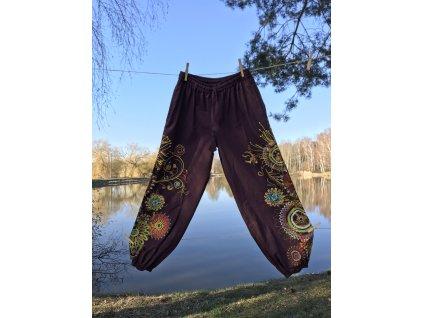Kalhoty hnědé s výšivkou klasický sed
