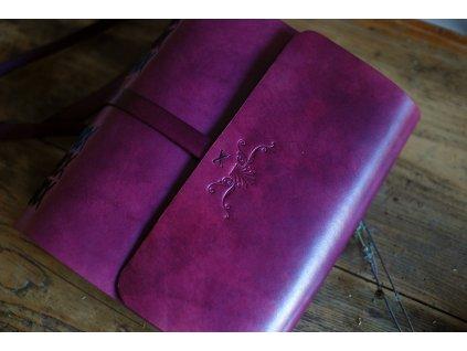 Fotoalbum v burgundské barvě