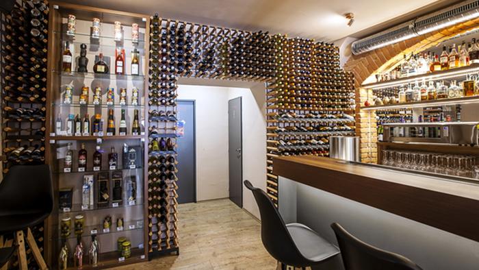 Variabilní stojany na víno, které se přizpůsobí atypickému interiéru