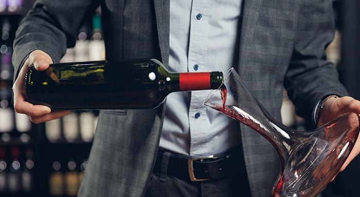 Dekantaci vína by neměl opomíjet žádný hostitel