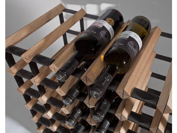 Stojan na víno s kapacitou 30 lahví