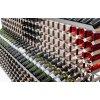 řady a sloupce lahví na víno uložené přehledně ve stojanu na víno raxi