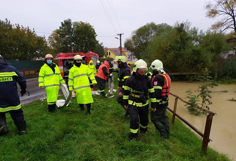 Tisícky dobrovoľných hasičov sú v pohotovosti. Hrozia povodne