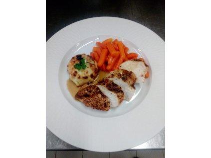 Filírovaná kuřecí prsa z grilu, marinované v marinádě ze sladkého chillies, gratinované brambory, mladá restovaná mrkev
