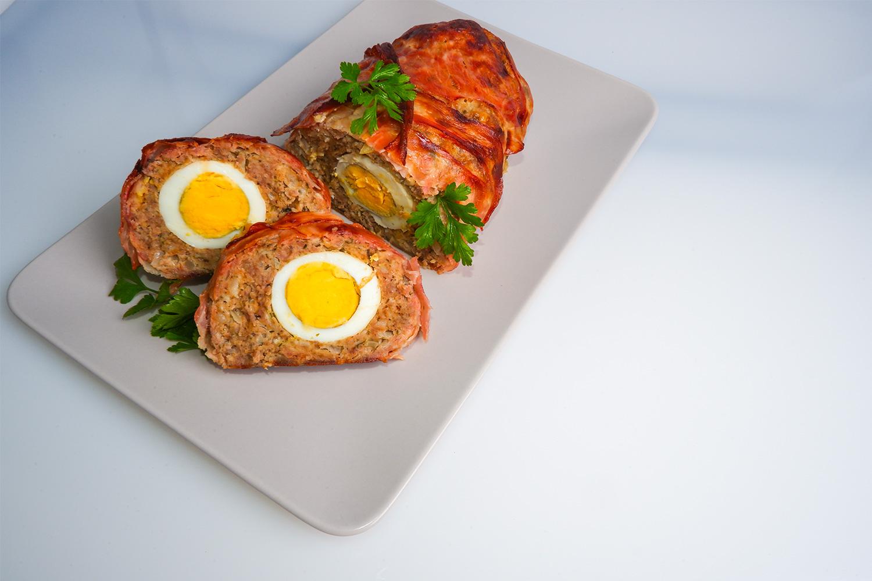 Pečená sekaná plnená vajíčkom, obalenáslaninou