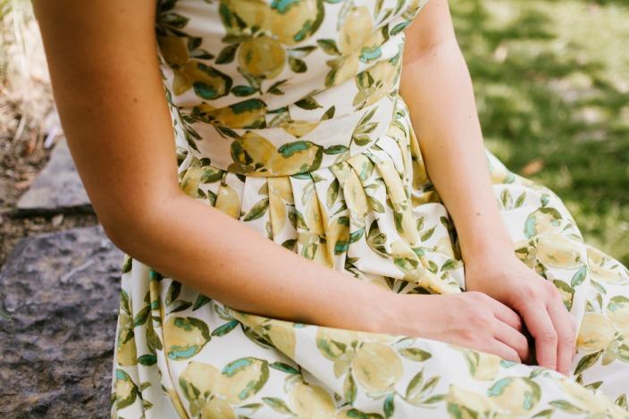 Detail citronových šatů Anna.