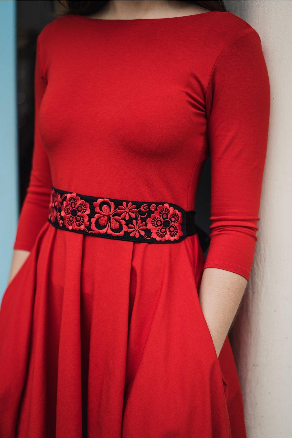 Černý vyšívaný pásek Červené květiny