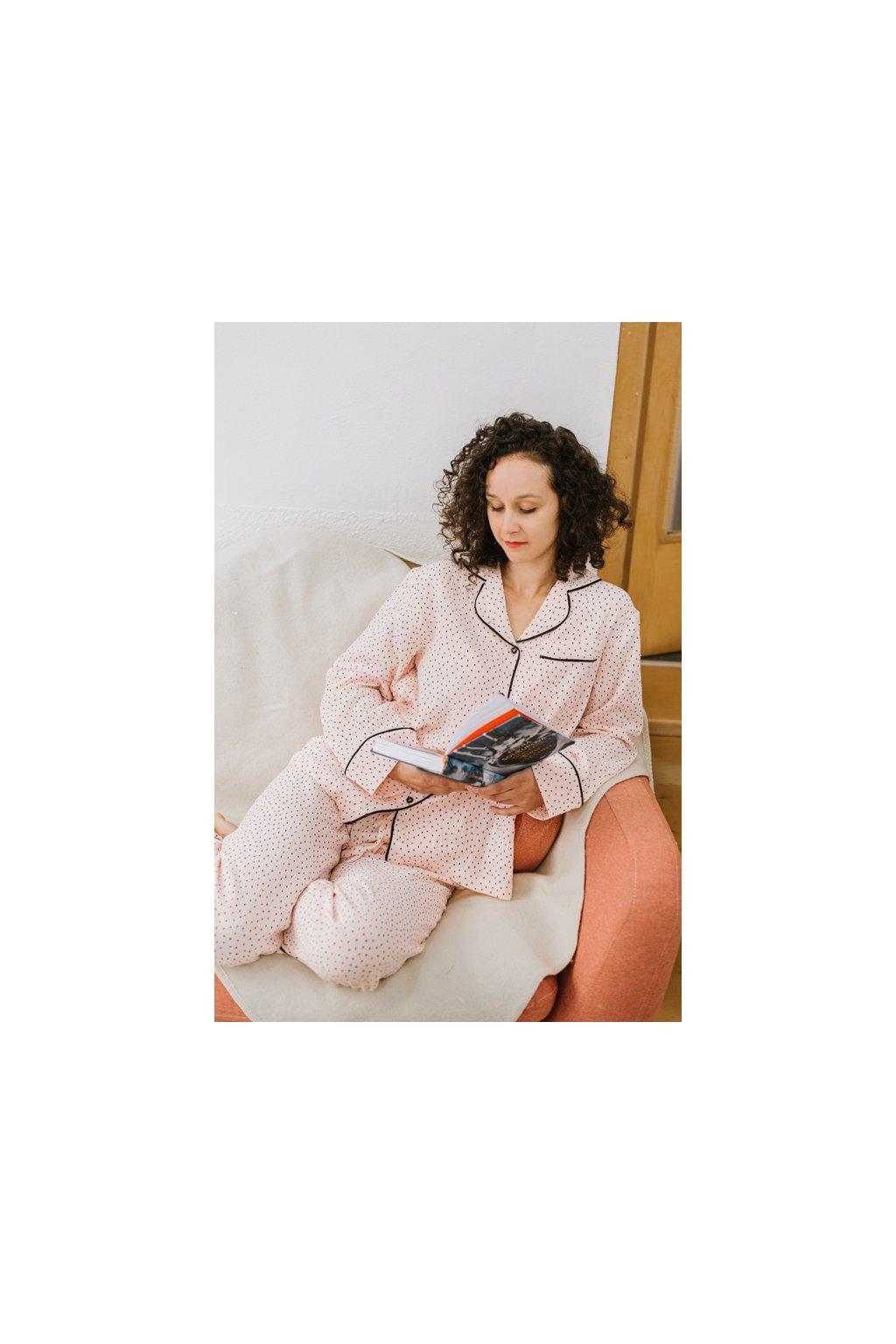 Na kutě klasické pyžamo mušelínové pois1