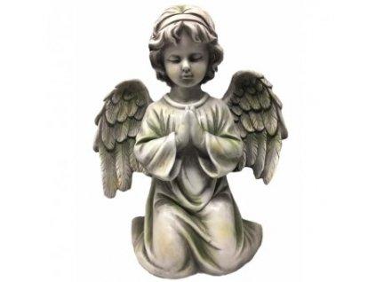 Anděl na hrob klečí, modlí se, šedá barva
