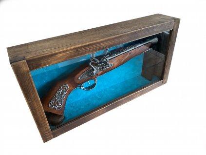 Pistole křesadlová Rakousko 18. stol. ve vitríně