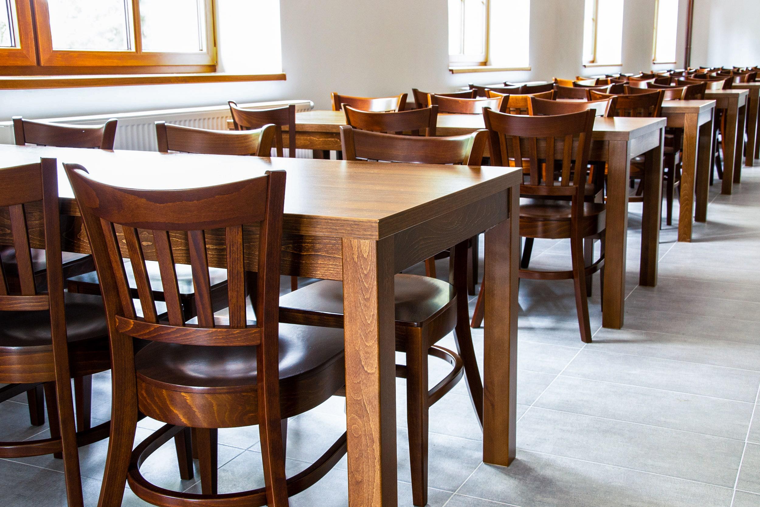4 zásadní vlastnosti židlí a stolů vkulturních sálech