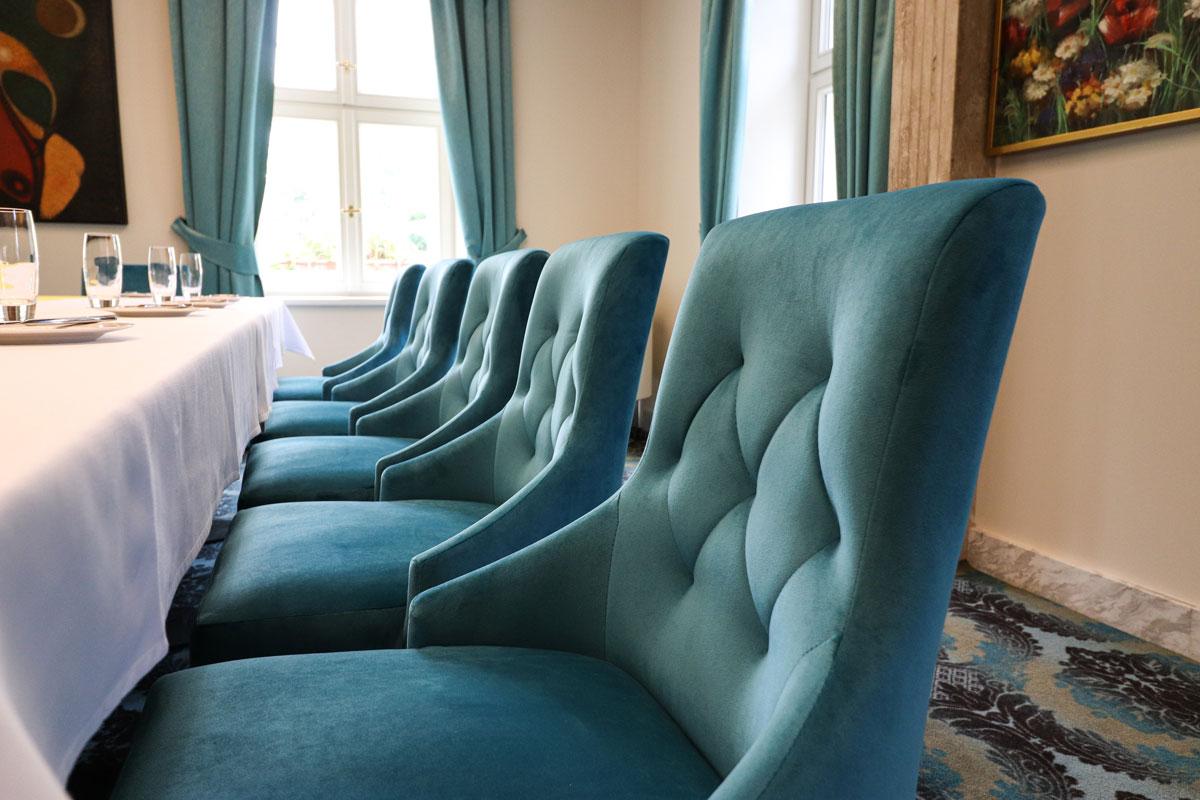Hotelová restaurace má při výběru sedacího nábytku svá specifika