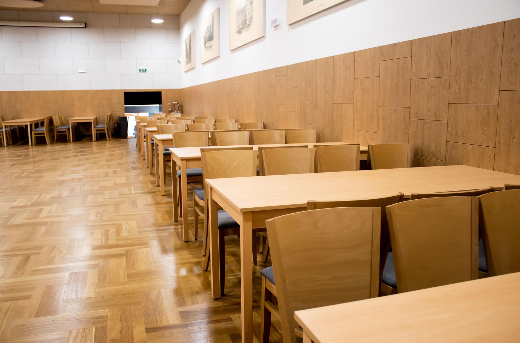 Odolná židle pro plesy a akce kulturních sálů   Ressed