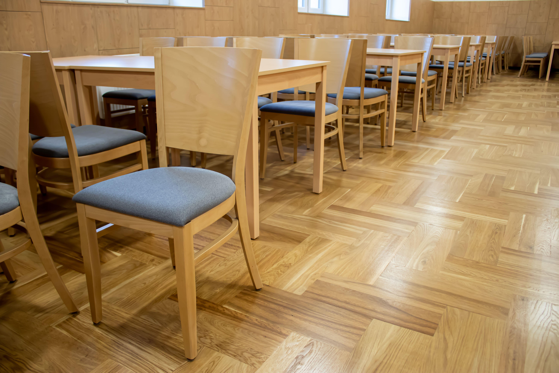 Židle a stoly v kulturních domech od firmy RESSED