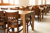 Tmavé židle a stoly na plesy a jiné akce   Ressed