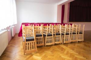 Odolné židle v novém kulturním domu Medlovice   Ressed