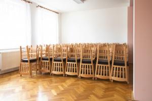 Nové židle v kulturním domu Medlovice   Ressed