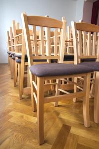 Masivní bukové židle v obci Medlovice   Ressed