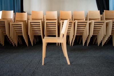 Nastohování 7 židlí na sebe | Ressed