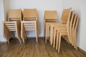 Moderní stohovatelné židle do obcí | Ressed