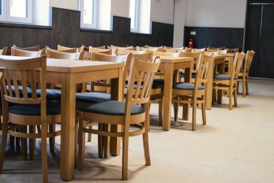 Pevné dřevěné stoly z masivní konstrukce, která vydrží | Ressed