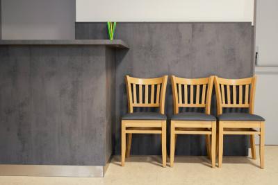 Bukové odolné židle s čalouněným opěrákem | Ressed