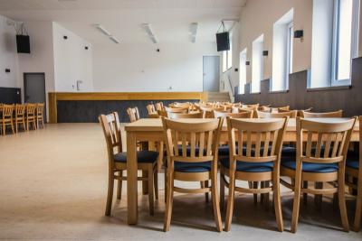Nově vybavený kulturní sál. židle a stoly | Ressed
