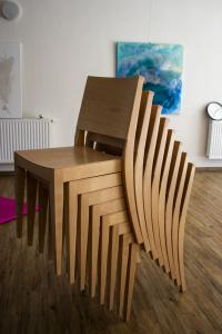 Celodřevěné židle do kulturního sálu   Ressed