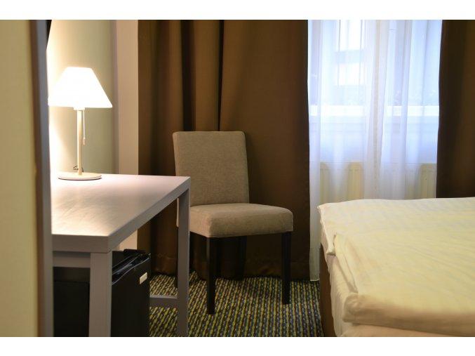 Designová židle Comforta se zeštíhleným sedákem, fialová, bíle dřevěné nohy