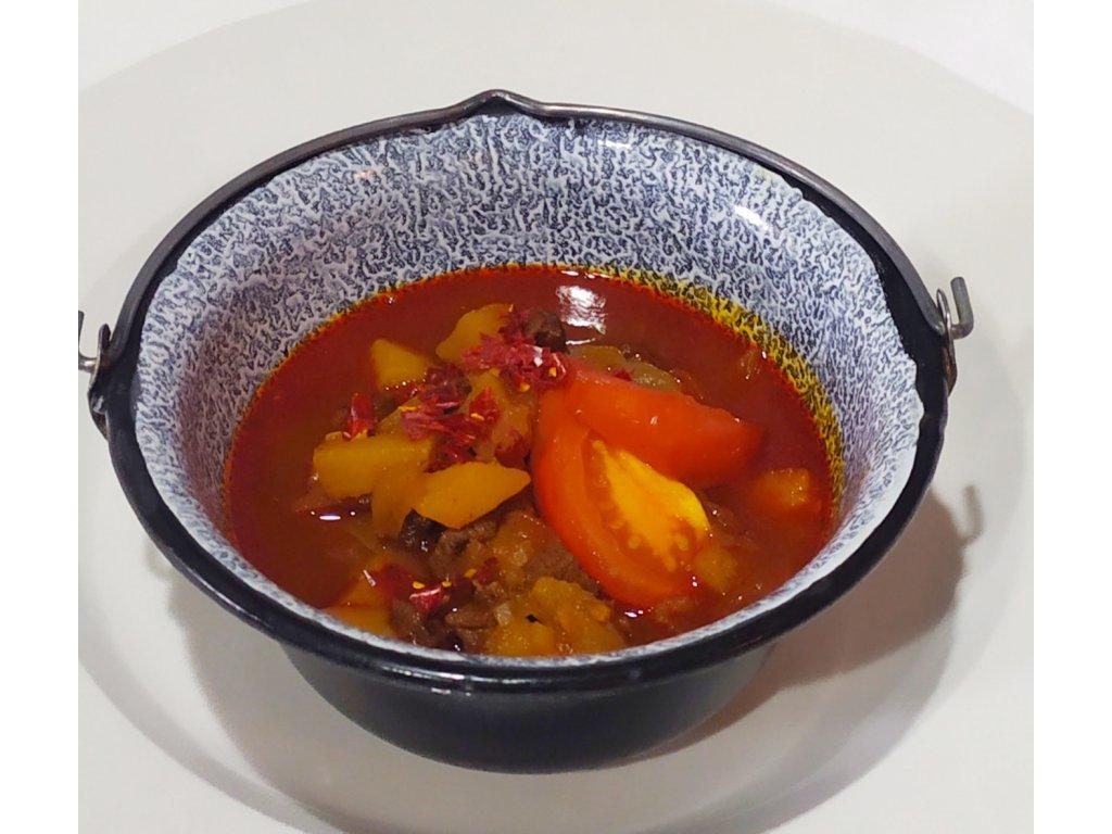 Polévka Gulášová (pikantní vývarová polévka, hovězí maso, brambory, rajčata, paprika)