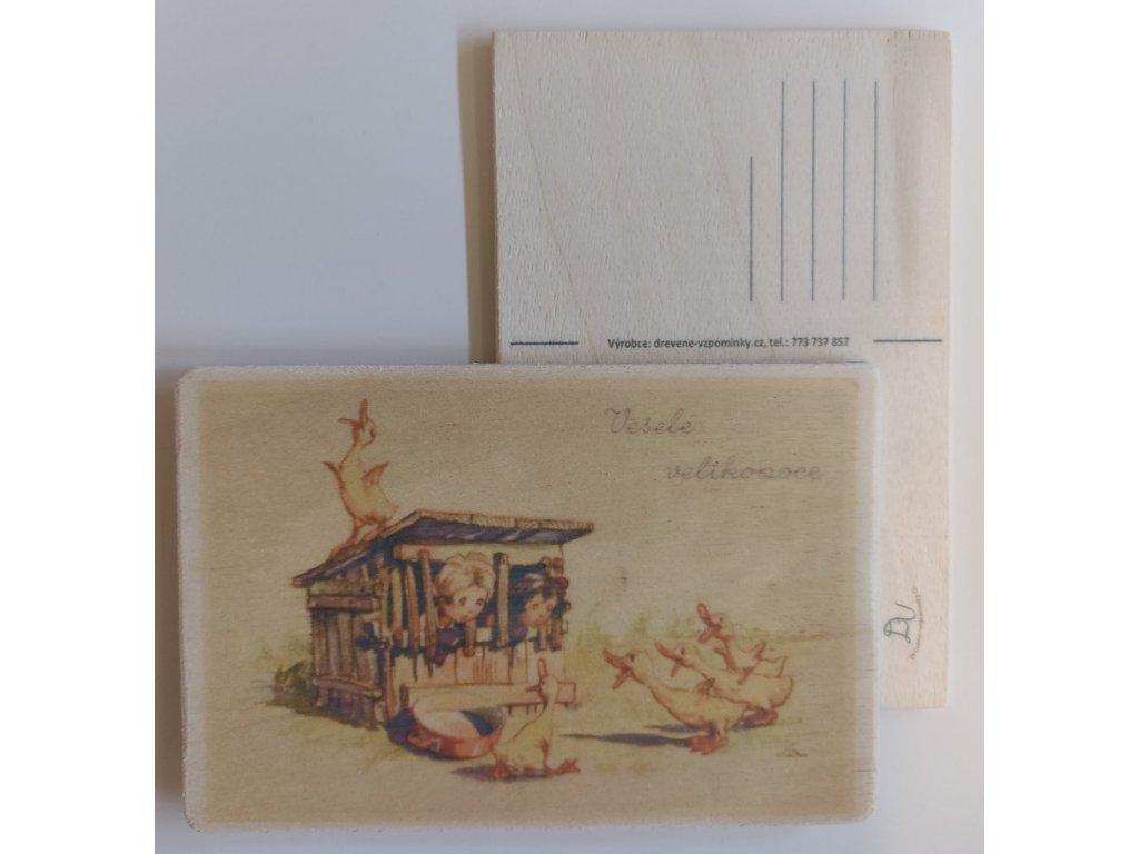 Dřevěná velikonoční pohlednice - Kuřata v přesile