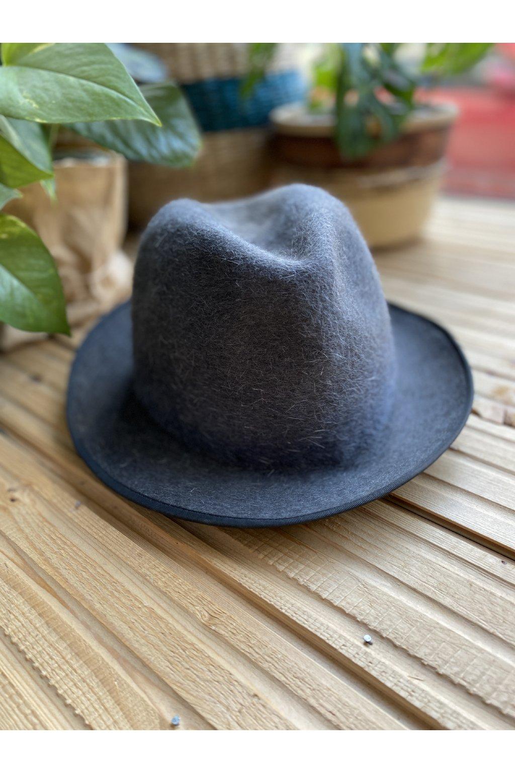 Šedý klobouk