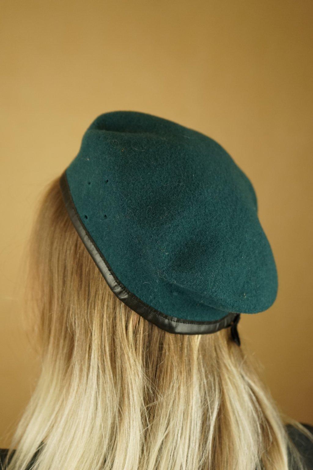 Zelený vojenský baret