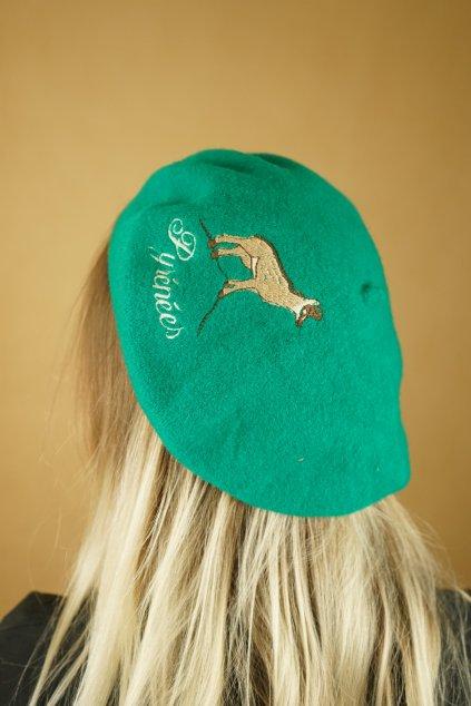 Zelený vlněný baret s výšivkou