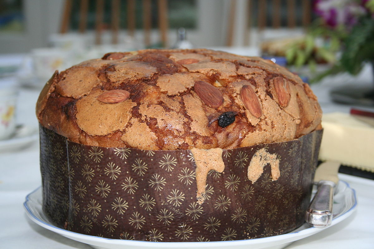 1200px-Whole_panettone
