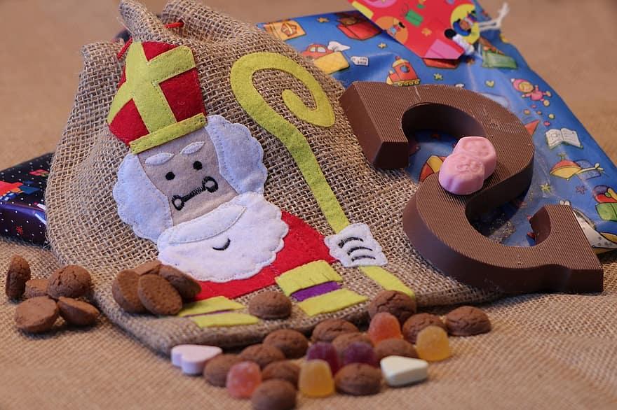 saint-nicholas-saint-sint-nicolaas-candy-chocolate-pepernoten-pakjesavond-5th-of-december-tradition