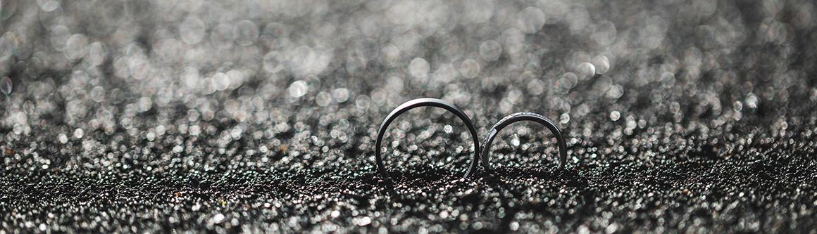 Karbonové černé prsteny Ringblack v písku | Black carbon rings Ringblack in the sand
