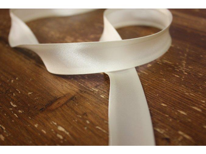 Saténový šikmý proužek, v odstínech bílé 25 mm