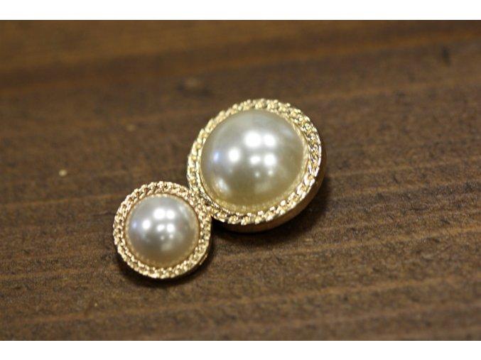 Zlatý knoflík s perlou ve stylu Chanel