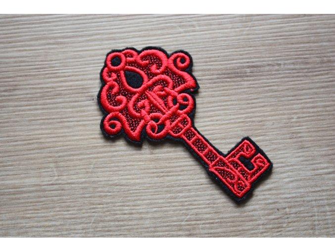 Červená aplikace ve tvaru klíče
