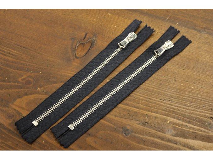 Tmavě modrý zip se stříbrným kovem, 18cm