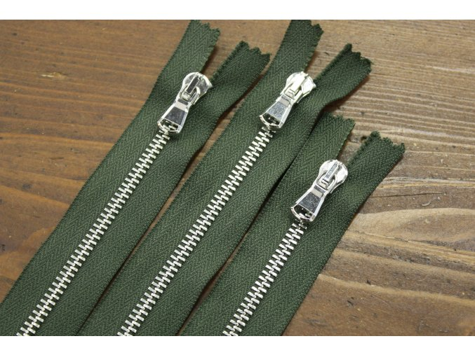 Khaki zip se stříbrným kovem, 18cm