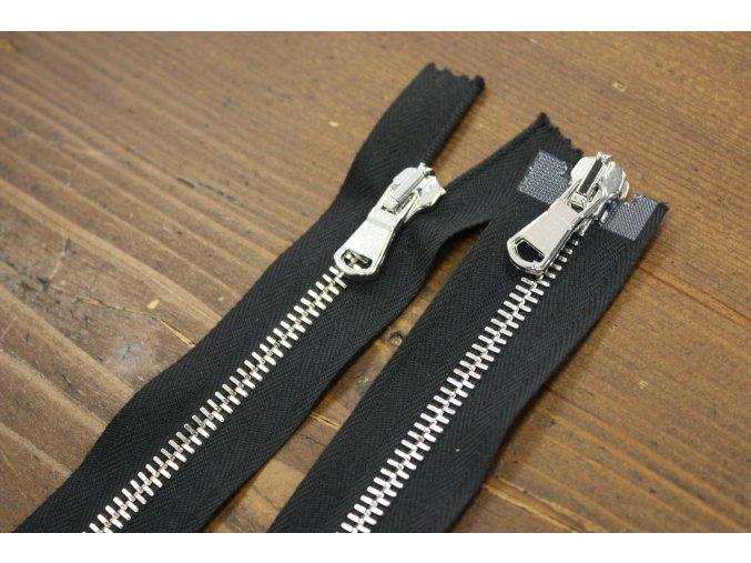 Černý zip se stříbrným kovem s dva jezdci, 70cm