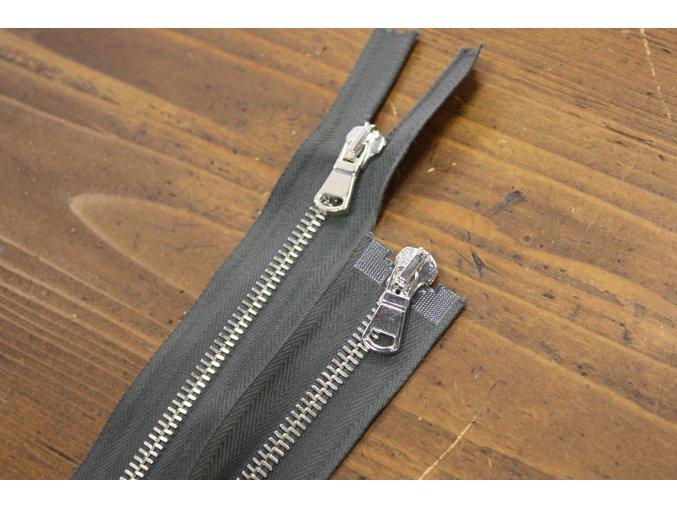 Šedý zip se stříbrným kovem s dva jezdci, 80cm
