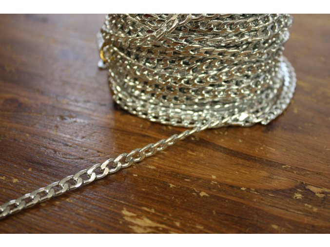 Stříbrný řetízek na Chanel kabátek